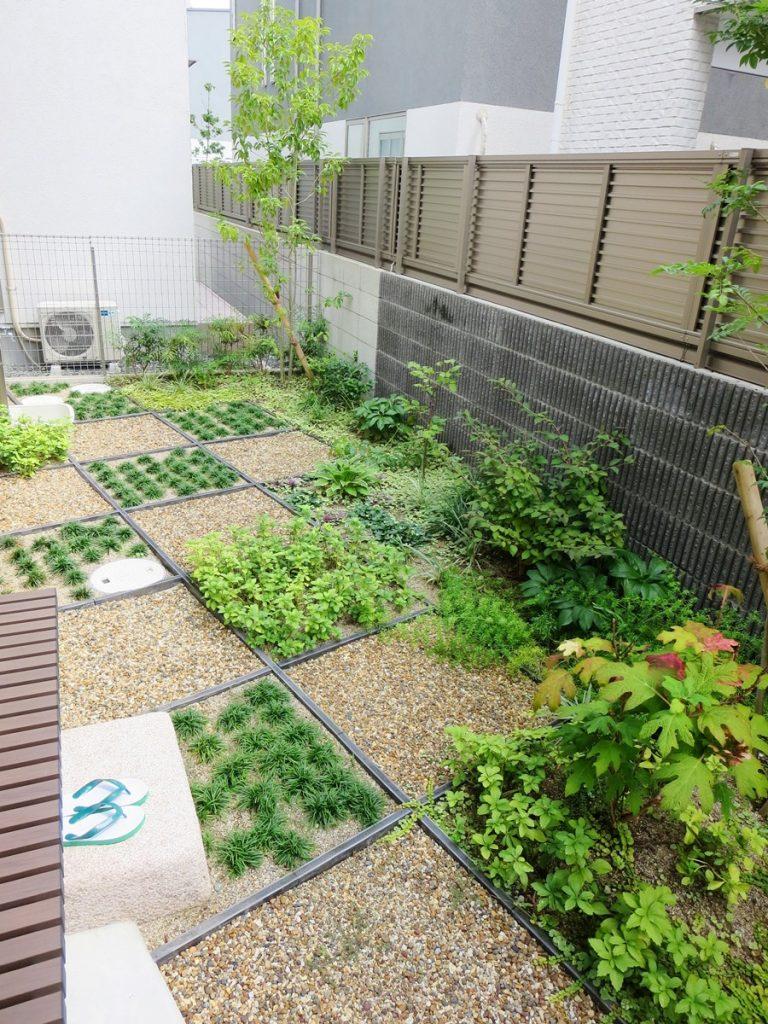 市松模様に区切られた庭の写真