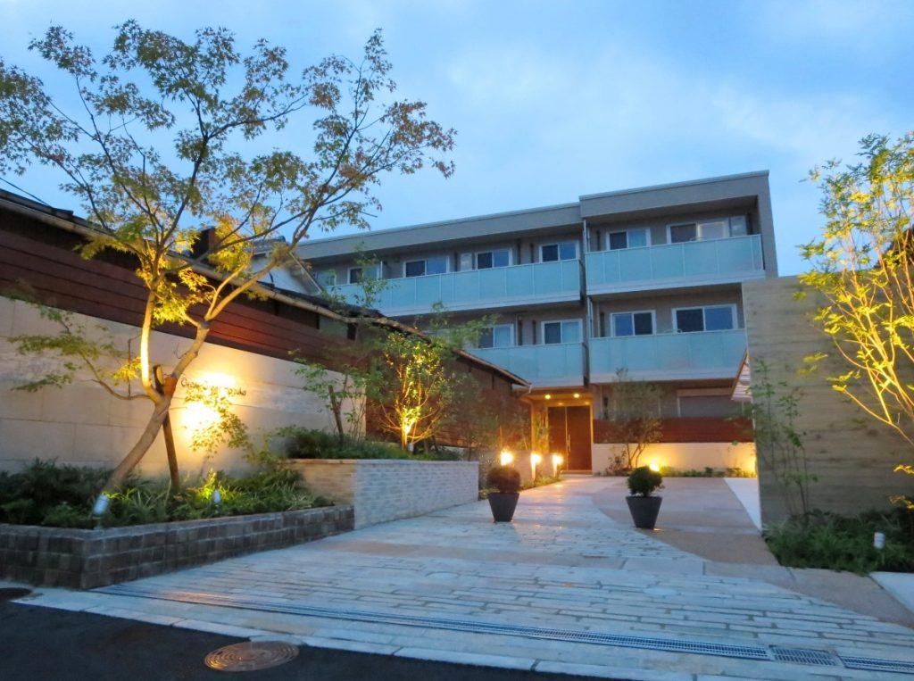 出来上がったマンションとデザイン壁の夜景写真