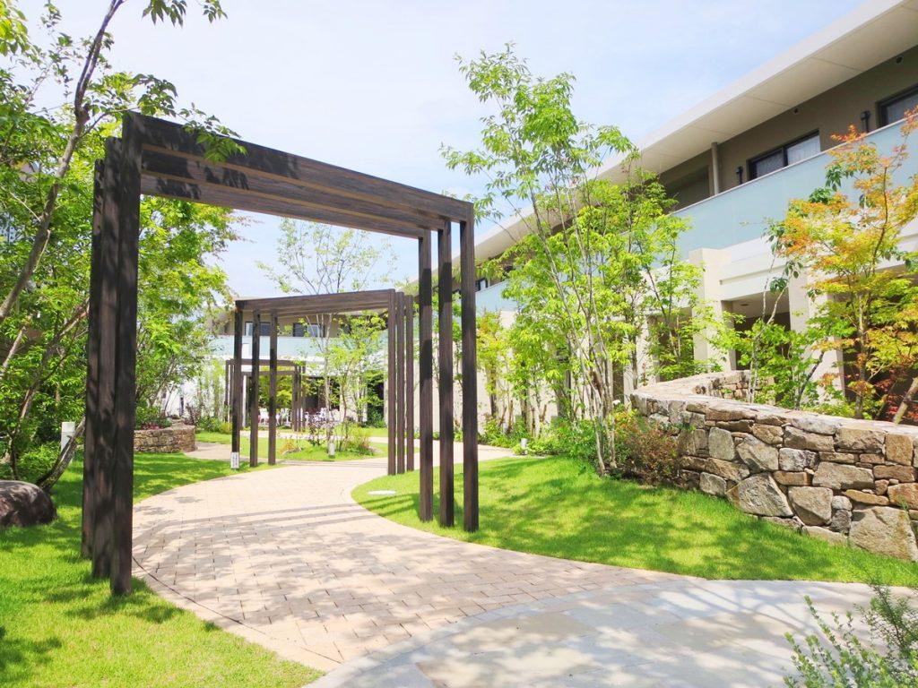 縦格子ゲートが3か所設けられた、中庭の石張り小道