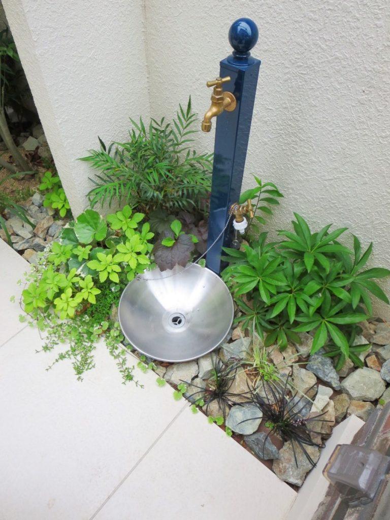 ブルーの立水栓と下草