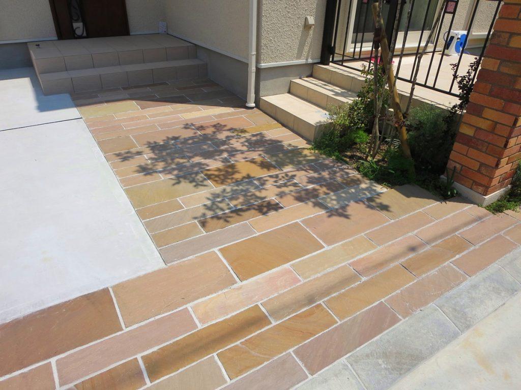 オレンジのレンガに合わせた合わせたカラーの床の写真
