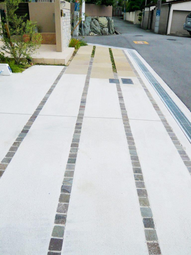 石がストライプ状に貼られたコンクリートスペース