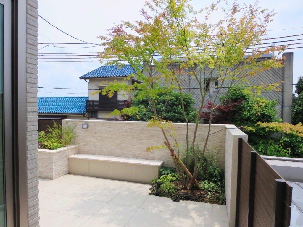 玄関前の前庭にあたるベンチのあるタイルテラス
